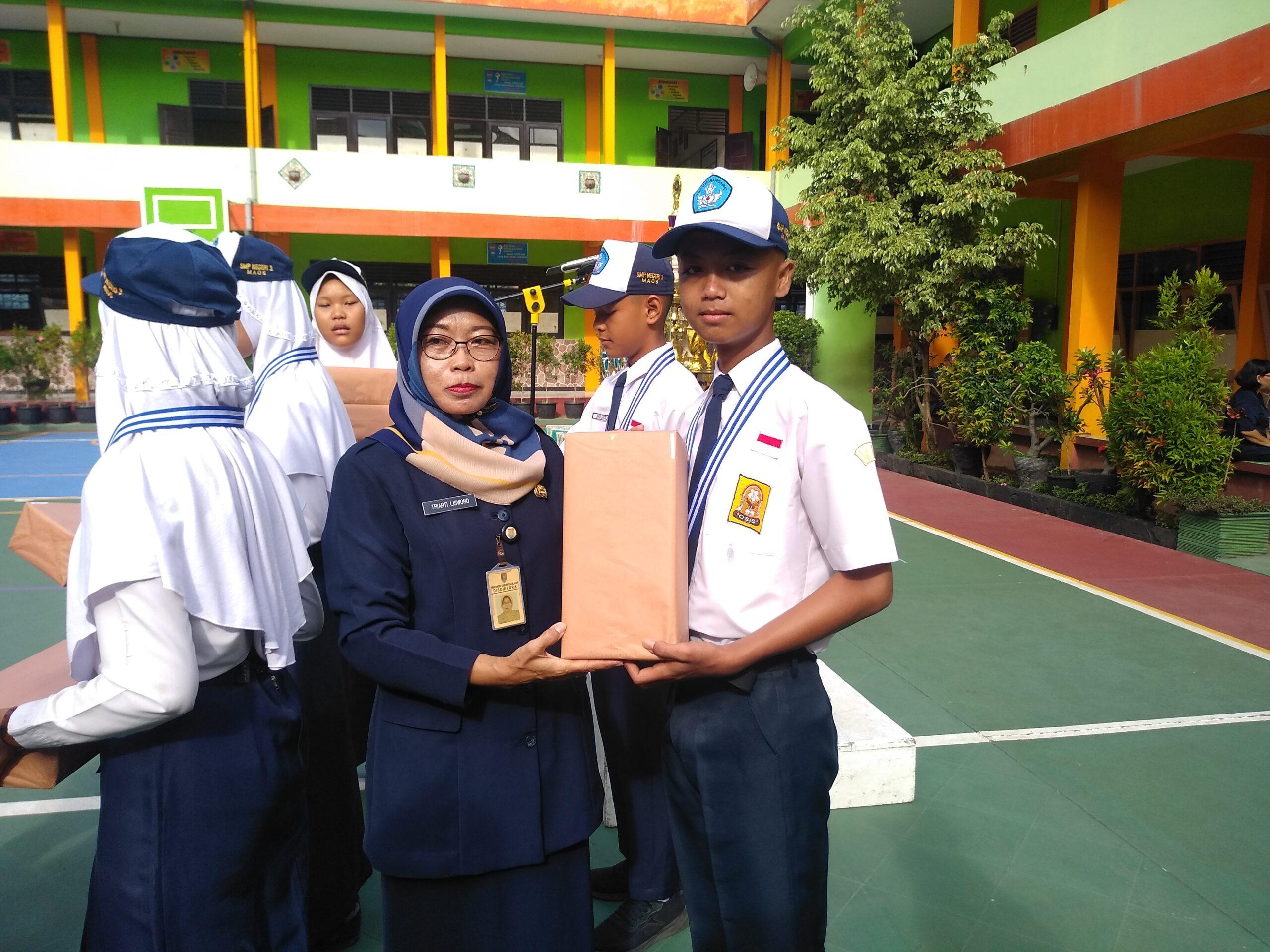 Penyerahan hadiah oleh Ibu Kepala Sekolah kepada team PASMABARA